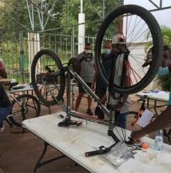 Atelier de réparation de vélos au centre-Social du Cœur Saignant.
