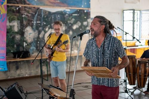 Far Far au rythme de la Samba-maloya de Chris Haga