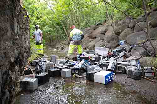 Dépôt sauvage : 149 batteries enlevées d'une ravine